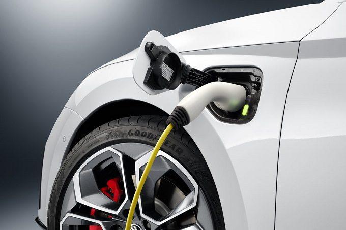 Skoda Octavia RS iV PHEV, hybryda plug-in, moc, przyspieszenie, bateria, zasięg