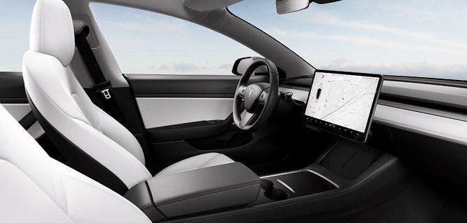 Tesla model 3 po liftingu, ładowarka indukcyjna, brak piano black, zmiana konsoli środkowej