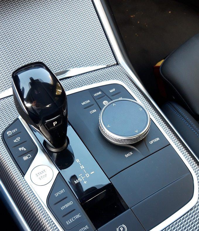 BMW 330e 2020 test, recenzja, opinie, czas ładowania, zasięg, moc ładowania, ładowarka, elektromobilność, samochody elektryczne, BMW, hybrydowe BMW, wnętrze